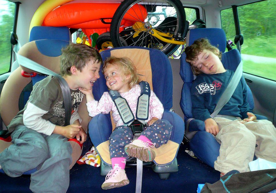 Urlaubsreise im Auto mit Kindern