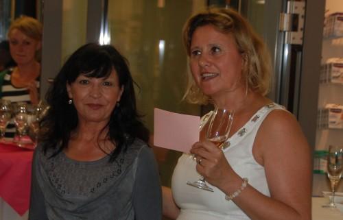 Gestalterin: Unsere Chefin, Apothekerin Claudi Prem, stellte in ihrer Rede auch Architektin Dr. Müller-Messerchmidt vor. Sie hat die neue Apotheke entworfen.