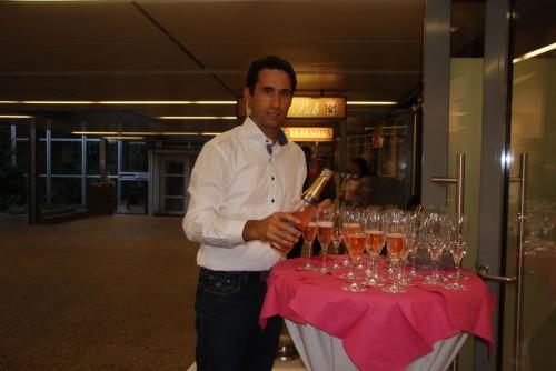 Abendevent: Christoph Prem, Ehemann unsere Chefin, schenkt für das Abendevent für Geschäftspartner, Freunde und Familie ein.