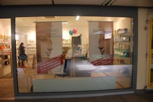 Ansicht: Freundlich und hell lädt unser neues Schaufenster zum Apothekenbesuch ein.
