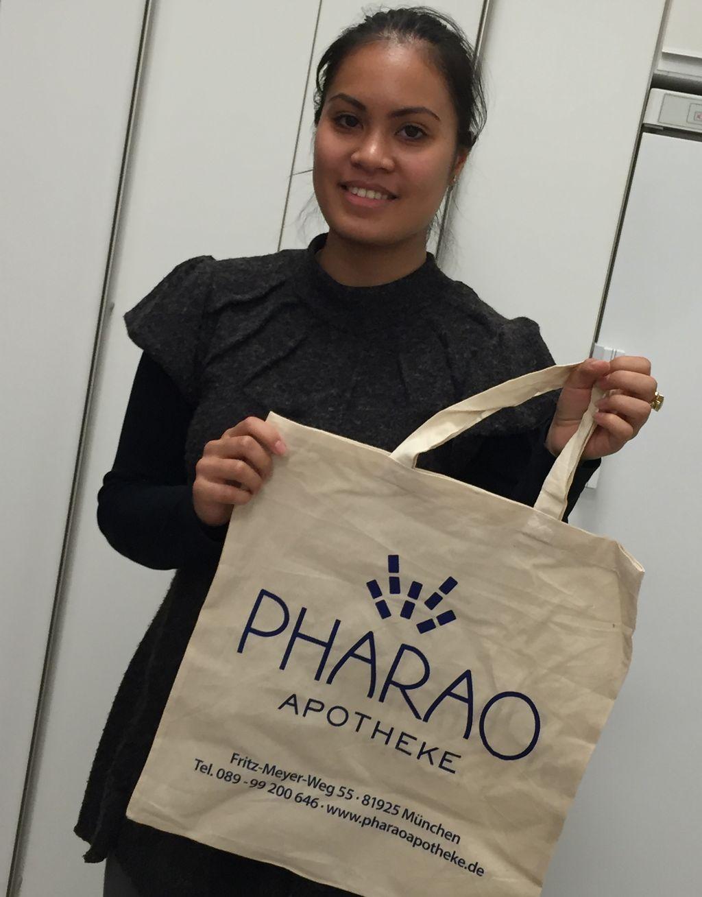 Unsere Mitarbeiterin Chawihan Jariya mit unseren neuen Baumwolltaschen.