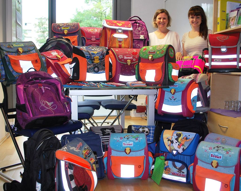 Schulranzen-Aktion: Apothekerin Claudia Prem und Daniela Kurz von der Diakonie Hasenbergl