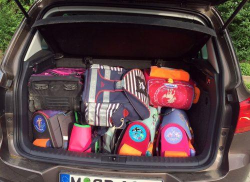 Schulranzen-Aktion: Kofferraum voller Schulranzen.